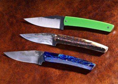 Couteaux droit en plat de semelle, acier 135C3, 14C28, sandwich vieux fer, manches en G10., résine et bois de cerf.
