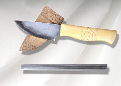 Couteau droit chasse et nature, lame en sandwich inox, coeur acier, flancs inox, manche en buis, étui en peuplier teinté. Vendu