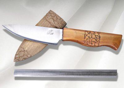 Couteau droit chasse et nature, lame en sandwich inox, coeur acier, flancs inox, manche en if, étui en peuplier teinté. Vendu