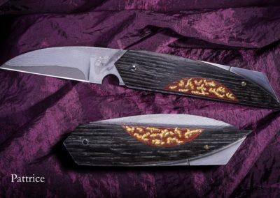 Of de moon, couteau à système pompe arrière, la lame est en sandwich inoxydable de la société Takefu, les plaquettes sont en Couëron ( chêne vieux de 8000ans) avec une incrustation de paddock ancien, laqué-incrusté de feuilles d'or.