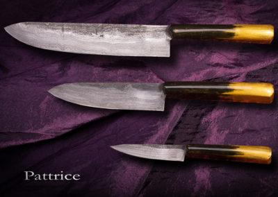 patt-art-celtic coutelier, forgeron, graveur à Val d'Anast en Ille-et-Vilaine. Set de cuisine, les lames sont en damas, les manche sont recouverts de pigments noir, d'une feuille d'or et de 10 couches de laques.