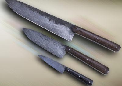 patt-art-celtic coutelier, forgeron, graveur à Val d'Anast en Ille-et-Vilaine. Set de cuisine 21-14-09 cm , lames en damas 220 couches, manche de forme châtaigne en morta.